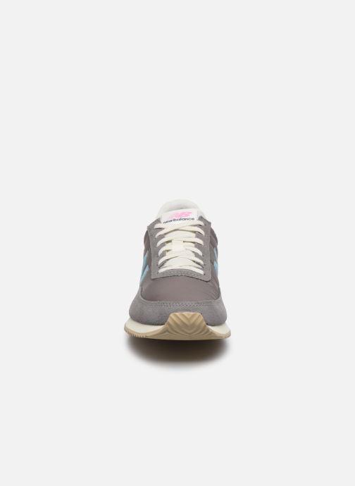 Baskets New Balance WL720 Gris vue portées chaussures