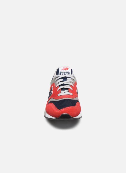 Baskets New Balance CM997 Rouge vue portées chaussures