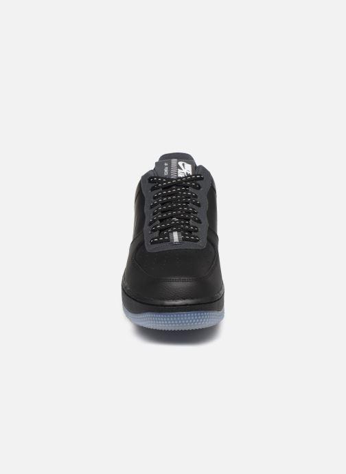 Sneakers Nike Air Force 1 '07 Lv8 3 Nero modello indossato
