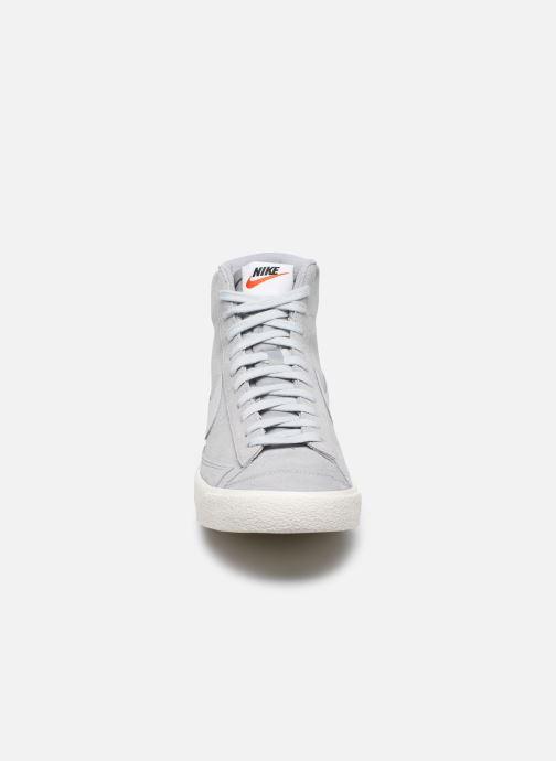 Deportivas Nike Blazer Mid '77 Suede Gris vista del modelo