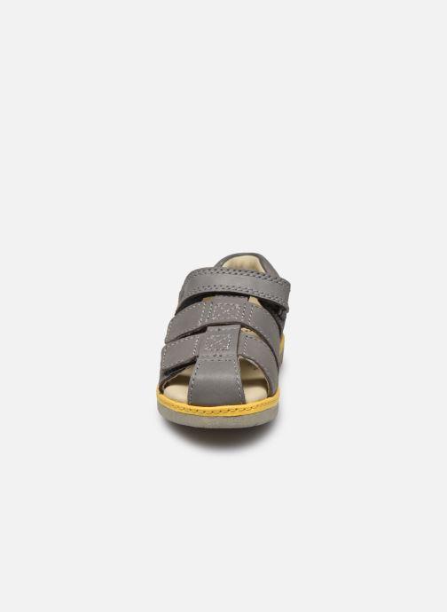 Sandales et nu-pieds Clarks Frances sun T Gris vue portées chaussures