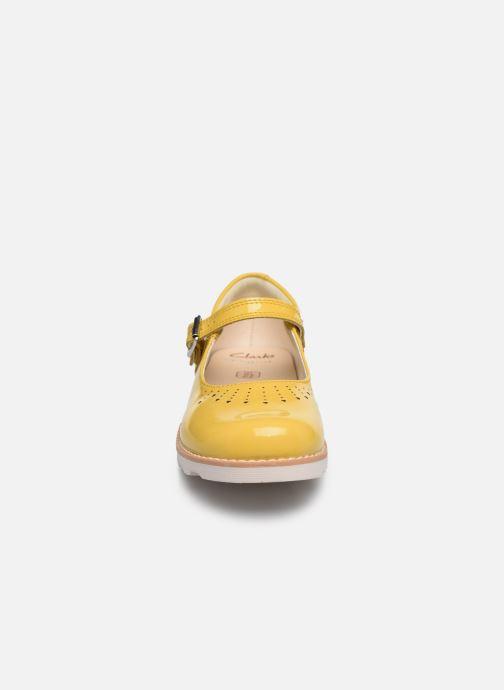 Ballerines Clarks Crown jump K Jaune vue portées chaussures