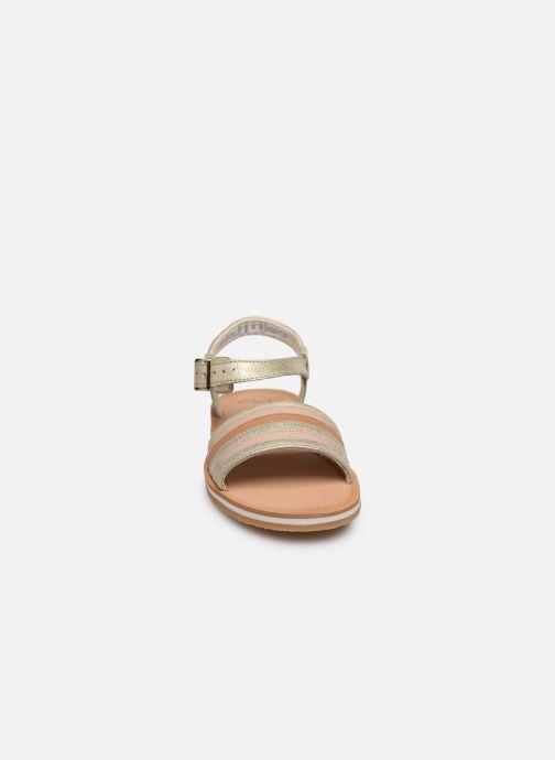 Sandali e scarpe aperte Clarks Finch Stride K Argento modello indossato