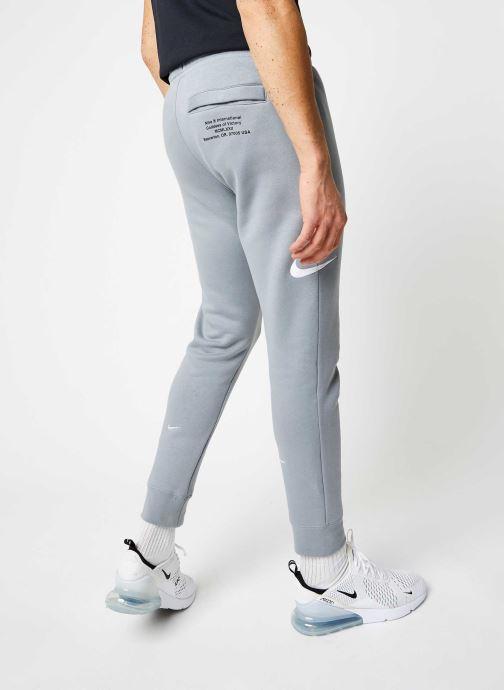 Vêtements Nike M Nsw Swoosh Pant Bb Gris vue portées chaussures