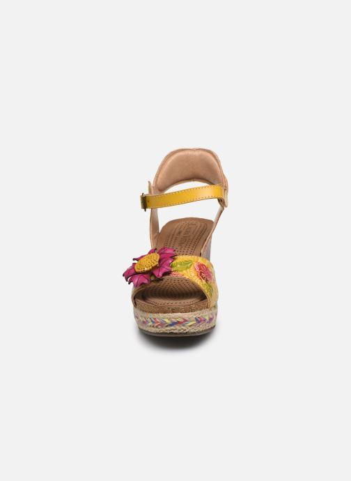 Sandali e scarpe aperte Laura Vita Facyo 06 Giallo modello indossato