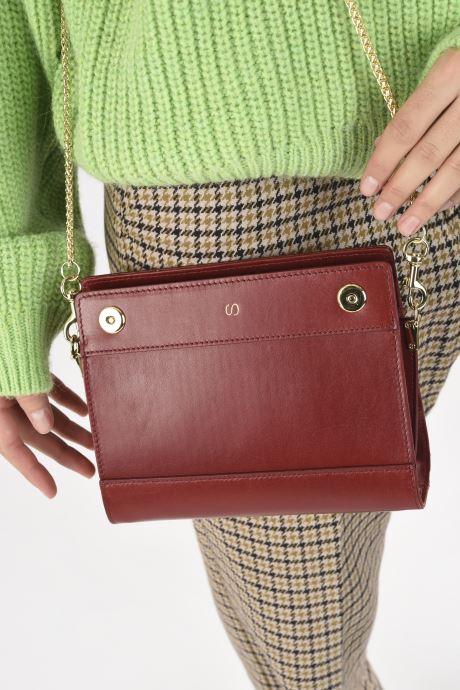 Handtaschen Sabrina HUBERTINE weinrot ansicht von unten / tasche getragen