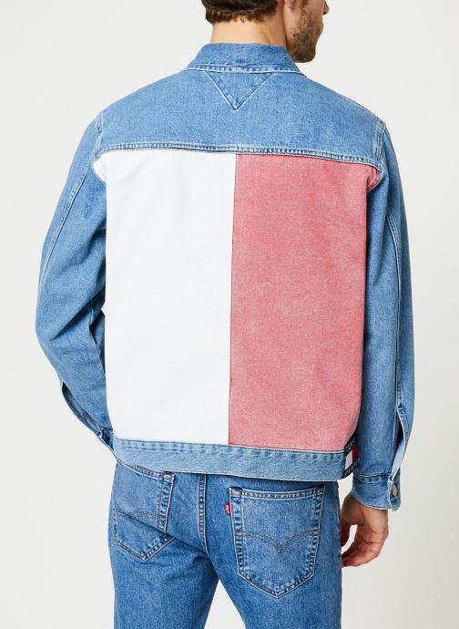 Vêtements Tommy Jeans Oversize Trucker Jacket Tmyflg Bleu vue portées chaussures