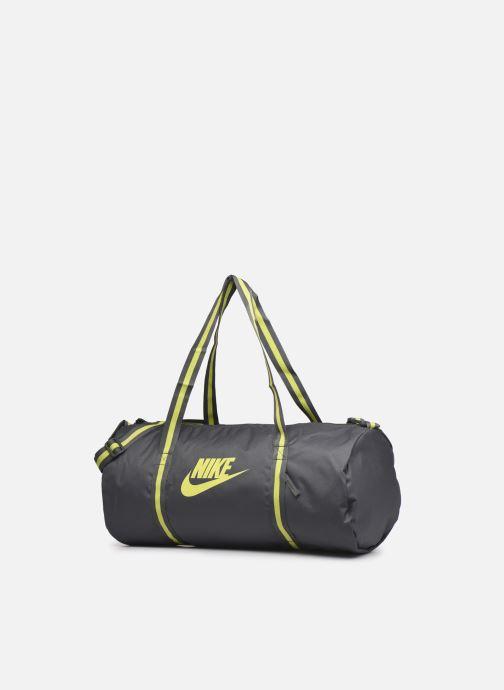 Borsa da palestra Nike Nk Heritage Duff Grigio modello indossato