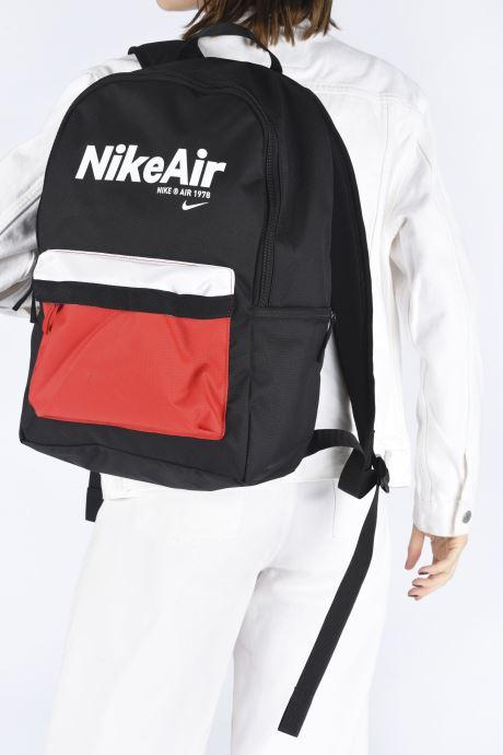 Rucksäcke Nike Nk Heritage Bkpk - 2.0 Nkair schwarz ansicht von unten / tasche getragen
