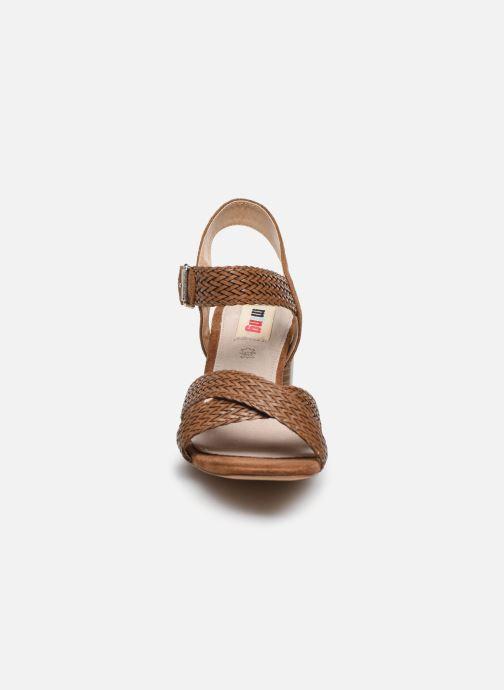Sandali e scarpe aperte MTNG 58826 Marrone modello indossato