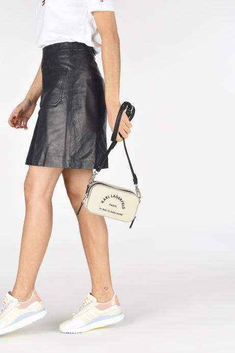 Portemonnaies & Clutches Karl Lagerfeld Rue Saint Guillaume Crossbody beige ansicht von unten / tasche getragen