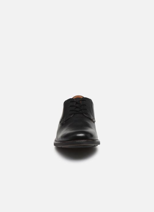 Scarpe con lacci Clarks Becken Lace Nero modello indossato