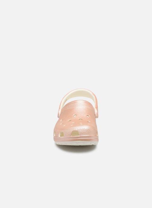 Mules et sabots Crocs Classic Metallic Clog Rose vue portées chaussures