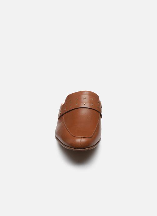 Zoccoli Clarks Pure Mule Marrone modello indossato
