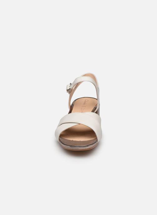 Sandales et nu-pieds Clarks Sheer35 Strap Blanc vue portées chaussures