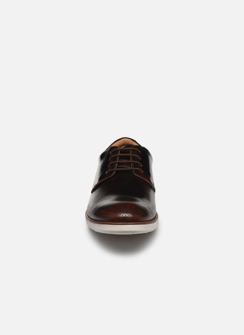 Scarpe con lacci Clarks Helston Walk Marrone modello indossato