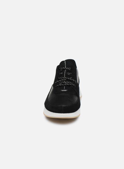 Sneakers Clarks Originals Kiowa Pace. Nero modello indossato