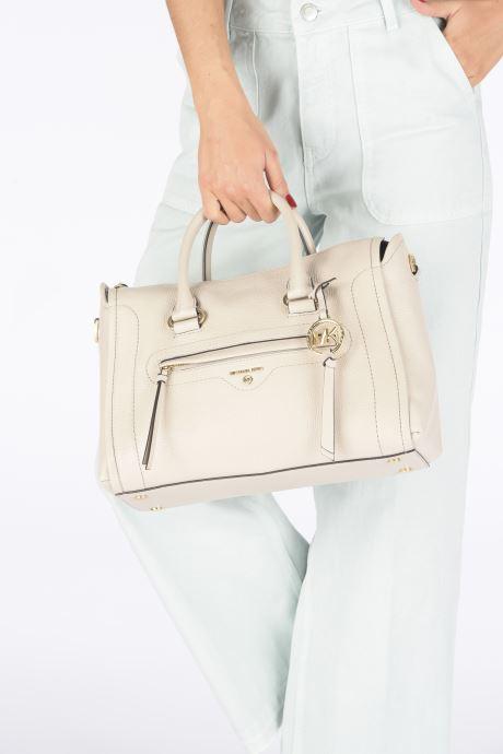 Handtaschen Michael Michael Kors CARINA SATCHEL beige ansicht von unten / tasche getragen