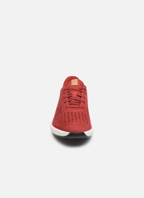 Sneakers Clarks Unstructured Un Rio Tie Rosso modello indossato