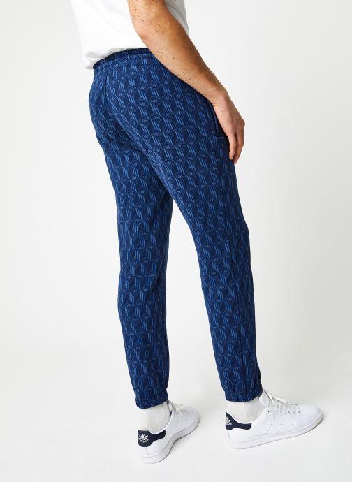 Vêtements adidas originals Mono Aop Pants Bleu vue portées chaussures