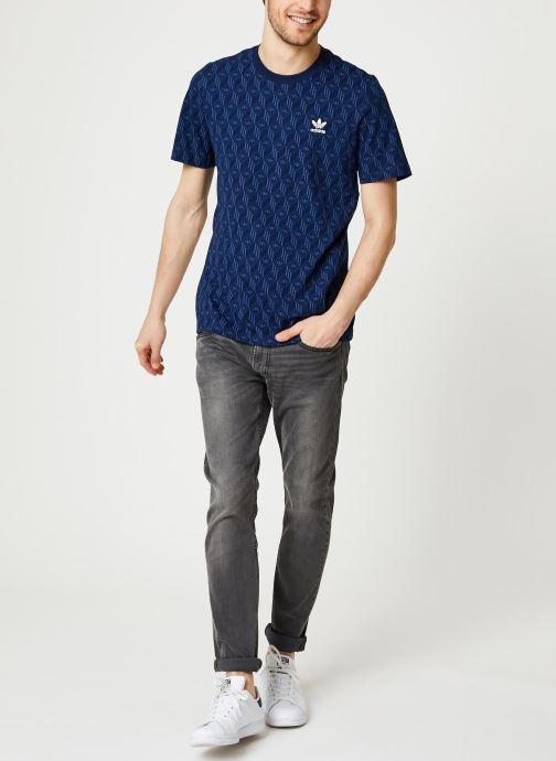 Vêtements adidas originals Mono Aop Tee Bleu vue bas / vue portée sac