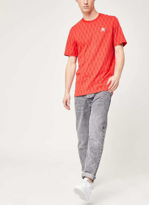 Vêtements adidas originals Mono Aop Tee Rouge vue bas / vue portée sac