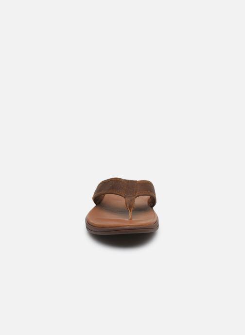 Infradito UGG Seaside Flip Leather Marrone modello indossato