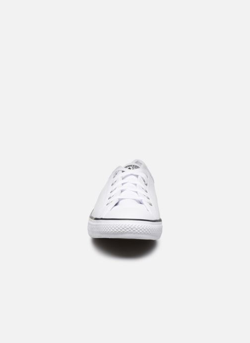 Baskets Converse Chuck Taylor All Star Dainty Leather Ox Blanc vue portées chaussures