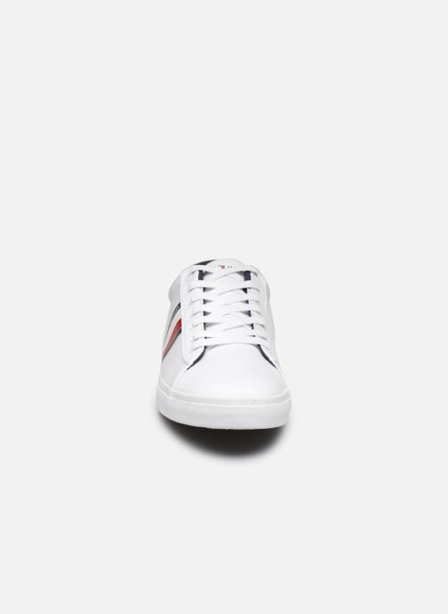 Baskets Tommy Hilfiger ESSENTIAL STRIPES DETAIL SNEAKER Blanc vue portées chaussures