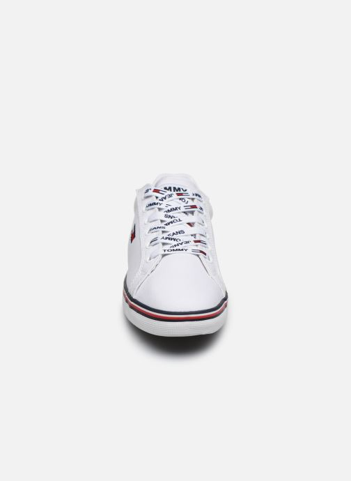 Baskets Tommy Hilfiger ESSENTIAL LACE UP SNEAKER Blanc vue portées chaussures
