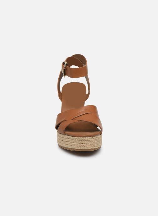 Sandalen Tommy Hilfiger TH RAFFIA HIGH WEDGE SANDAL braun schuhe getragen