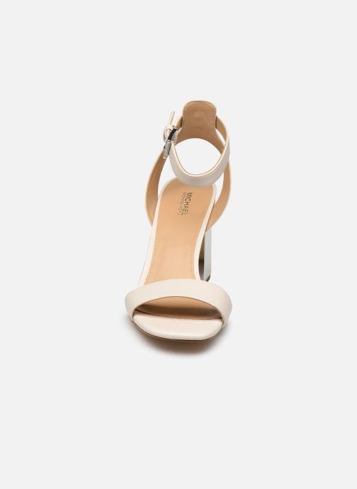 Sandali e scarpe aperte Michael Michael Kors PETRA ANKLE STRAP Bianco modello indossato