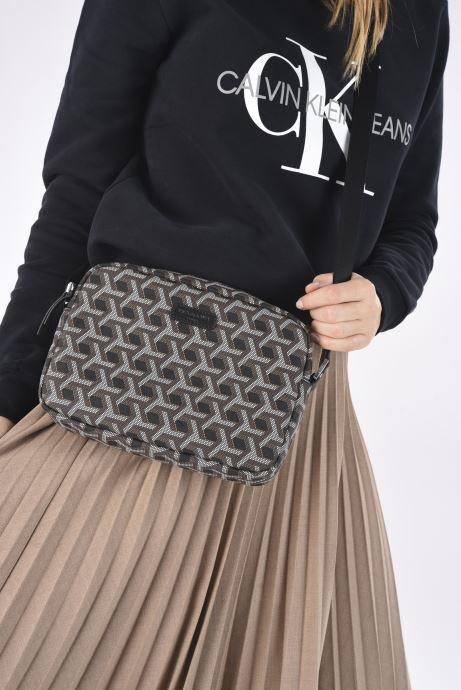 Handtaschen Hexagona SIGNATURE CROSSBODY schwarz ansicht von unten / tasche getragen