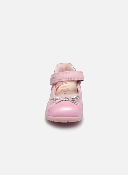 Ballerines Geox B Elthan Girl B021QC Rose vue portées chaussures