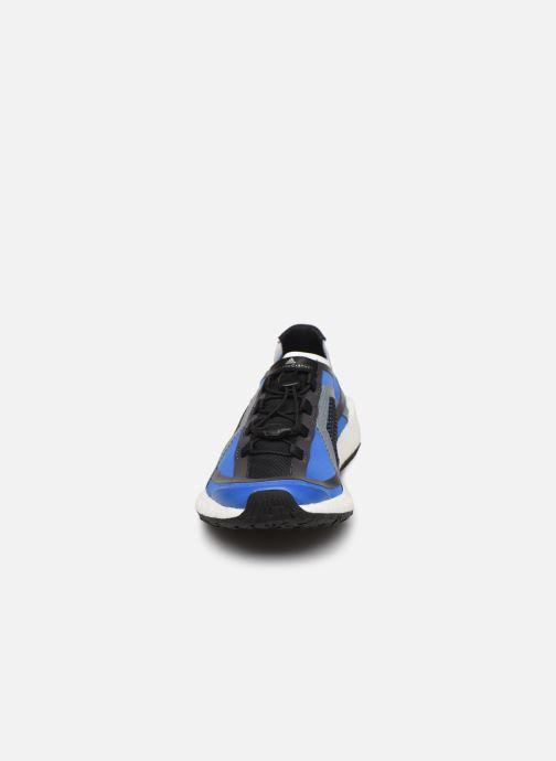 Scarpe sportive adidas by Stella McCartney Pulseboost Hd S. Azzurro modello indossato