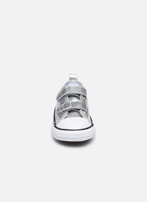 Baskets Converse Chuck Taylor All Star 2V Coated Glitter Ox Argent vue portées chaussures