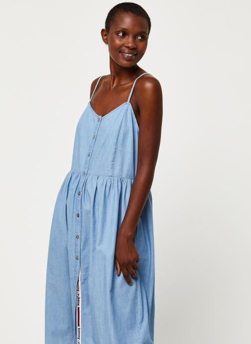 Tøj Tommy Jeans TWJ Chambray Strap Dress Blå detaljeret billede af skoene