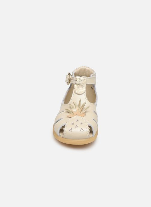 Sandalias Little Mary Louise Beige vista del modelo
