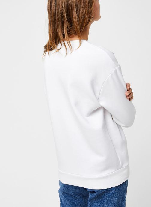 Vêtements FILA Effie Crew Sweat Blanc vue portées chaussures