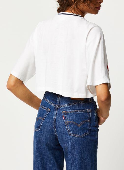 Vêtements FILA Barr Cropped Wide Tee Blanc vue portées chaussures