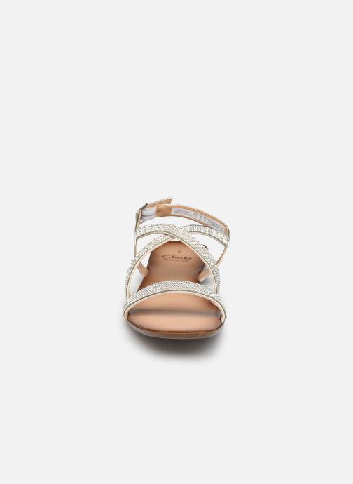 Sandali e scarpe aperte Clarks Latreece Ray Argento modello indossato