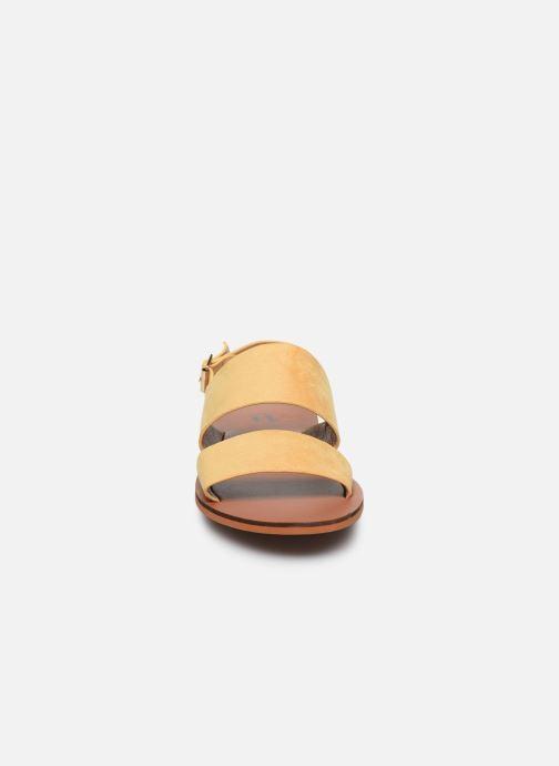 Sandali e scarpe aperte Vanessa Wu SD2127 Giallo modello indossato