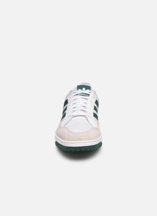 Sneakers adidas originals Team Court Bianco modello indossato