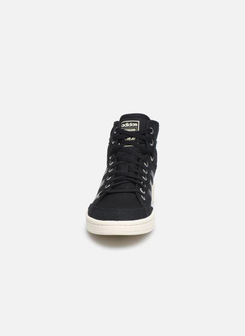 Sneakers adidas originals Americana Decon Nero modello indossato