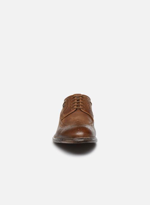 Scarpe con lacci Base London ONYX Marrone modello indossato