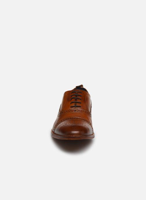 Scarpe con lacci Base London CAST Marrone modello indossato