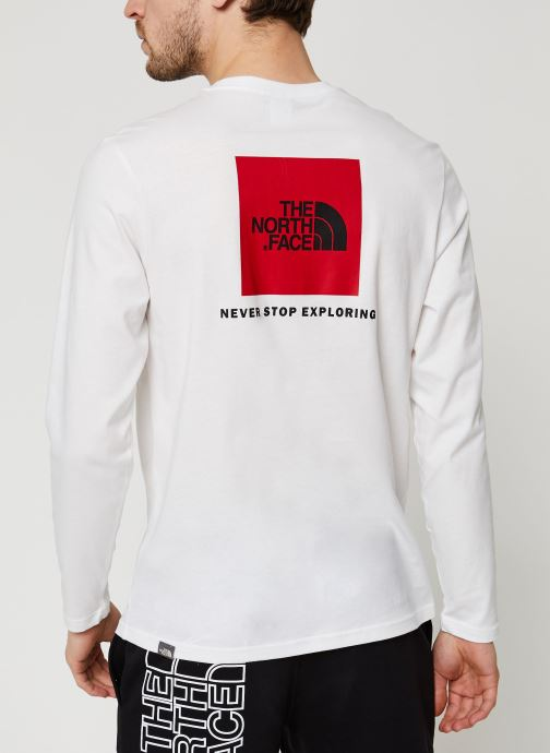 Vêtements The North Face Red Box Tee Blanc vue portées chaussures