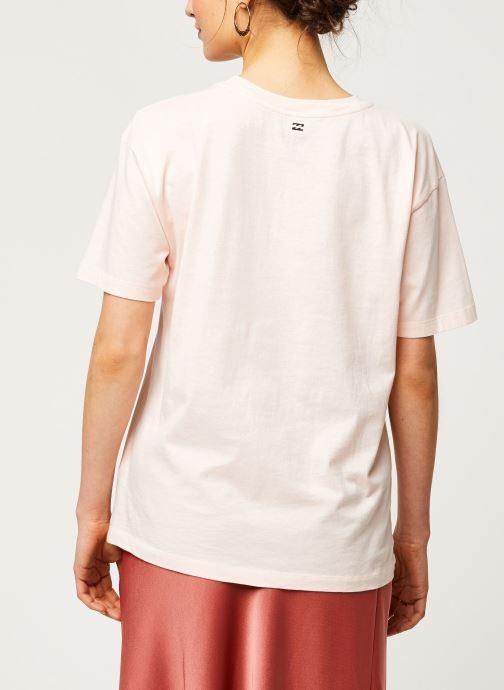 Vêtements Billabong T-Shirt Amour La Mer Rose vue portées chaussures