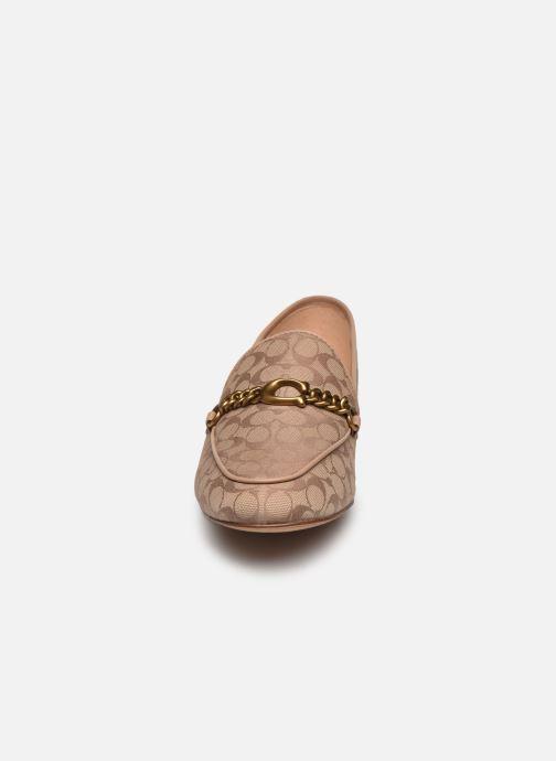 Mocasines Coach Helena C Chain Loafer- Signature Jacquard Beige vista del modelo