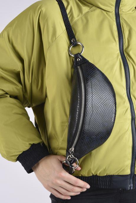 Handtaschen Rebecca Minkoff Mini Sling Python blau ansicht von unten / tasche getragen